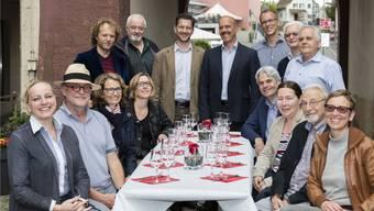 Die Macher der regionalen Genusswoche am Hauptschauplatz Liestal, allen voran Patin Theres Dettwiler (vorne links) und die Tätschmeister Tobias Eggimann, Lukas Kilcher (beide am Tischende stehend) sowie Lukas Ott (daneben am rechten oberen Tischrand sitzend). zVg