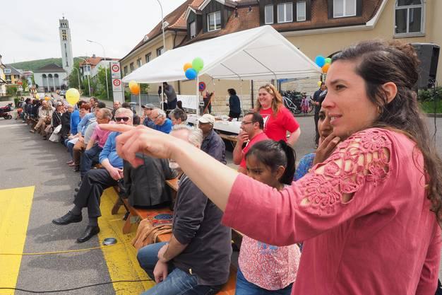 Zentrumsleiterin Timna Tal mit Festbesuchern
