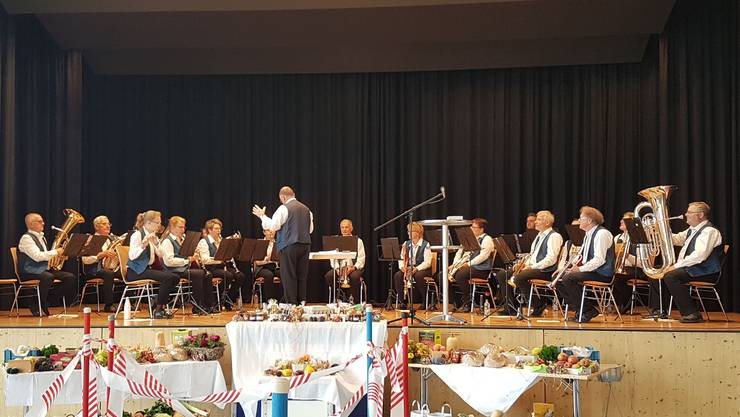 Die Musikgesellschaft Leutwil unter der Leitung von Käthi Lüscher und dem Dirigenten Beat Huber