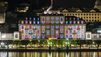 Das Fünf-Sterne-Hotel Schweizerhof in Luzern am Vierwaldstättersee hat seit 2014 im Innern eine neue Beleuchtung. Diese lässt die Fenster farbig erscheinen.
