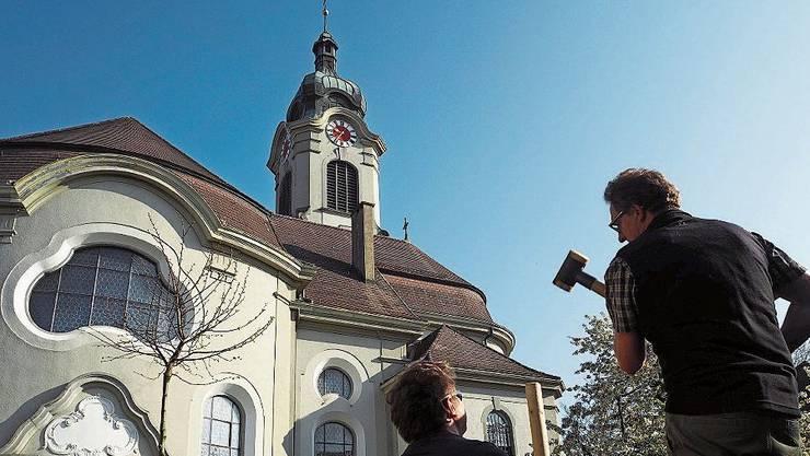 Teamarbeit bei der Kirche St. Nikolaus in Brugg.