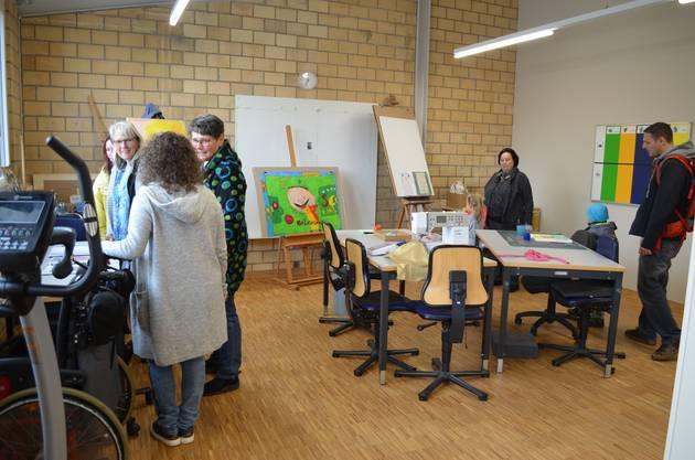 Die Besucher schauen sich in einem der Werkateliers um.