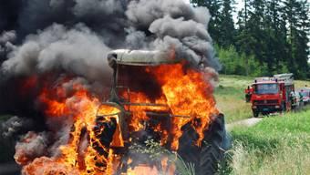 Vollständig ausgebrannt ist dieser Traktor in Grosswangen LU.