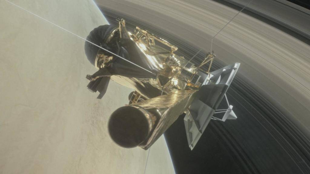 Cassini taucht noch 21 Mal zwischen dem Saturn und seinen Ringen hindurch, bevor die Sonde am 15. September kontrolliert auf den Planeten abstürzen soll. (Illustration)