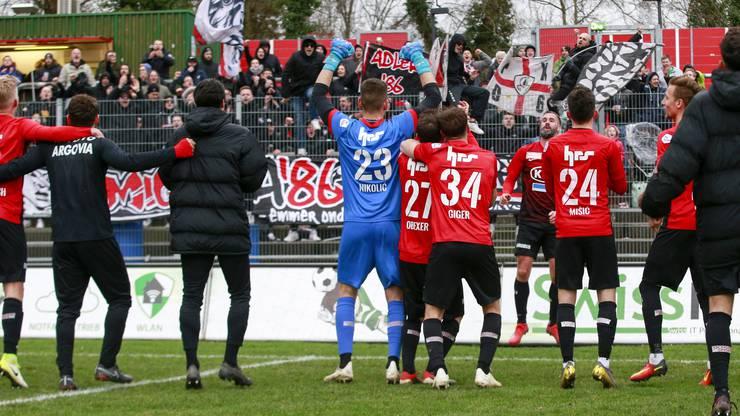 Die FC Aarau Spieler feiern zusammen mit den Fans den ersten Sieg gegen Winterthur in dieser Saison.