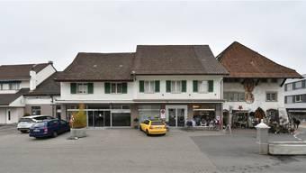 Nicht nur umbauen, sondern abreissen und neu bauen: Erlinsbach SO will mit dem Gebäude Dorfplatz 2 (Mitte, beide Teile) sein geschütztes Ortsbild aufwerten. Kissling