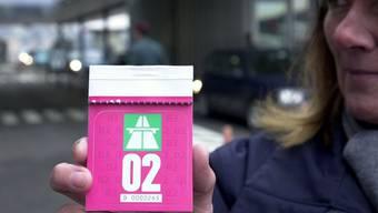 Nach Jahren könnte die Autobahnvignette deutlich teurer werden: Politiker glauben, das Departement von Bundesrat Moritz Leuenberger überlege sich eine Erhöhung auf 100 Franken.