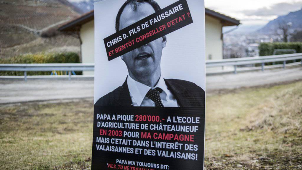 Wegen diesen diffamierenden Plakaten ist ein früheres SVP-Mitglied im Wallis zu einer Bewährungsstrafe verurteilt worden. (Archiv)