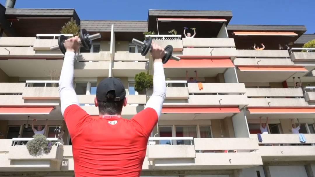 Fitness in Coronazeiten: Senioren halten sich fit mit Balkonturnen