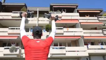 Fitness in Coronazeiten: Nachbarschaftliches Balkonturnen in Köniz.