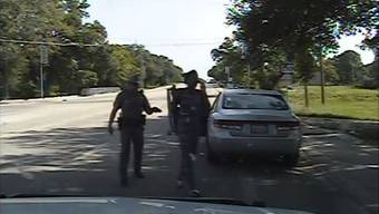 «Steigen sie aus!» Das Video aus dem Streifenwagen dokumentiert ab Minute 9.30 die groben Szenen der Festnahme von Sandra Bland.