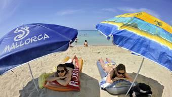 Touristen am Strand von Mallorca (Archivbild).