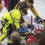 EVZ-Stürmer Carl Klingberg wurde in Langnau mit der Bahre vom Eis geführt
