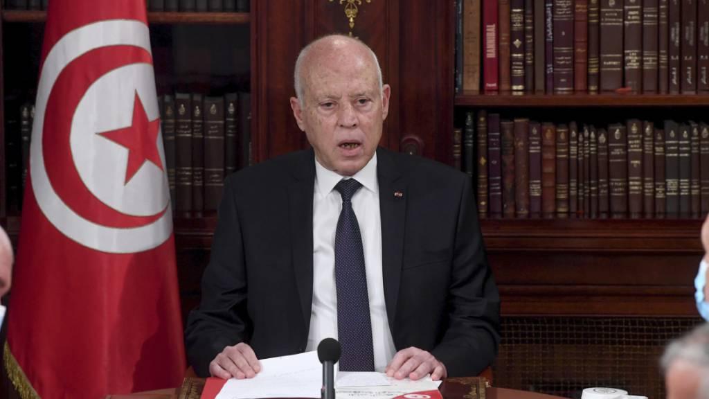 Tunesiens Präsident verteidigt Massnahmen und verhängt Ausgangssperre