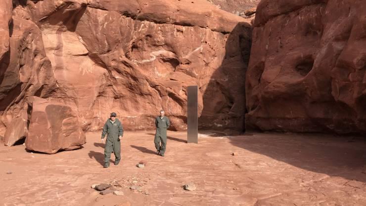 HANDOUT - In einer entlegenen Gegend des US-Bundesstaates Utah war am 23. November ein Metall-Monolith gefunden worden. Foto: Utah Department Of Public Safety/PA Media/dpa - ACHTUNG: Nur zur redaktionellen Verwendung im Zusammenhang mit der aktuellen Berichterstattung und nur mit vollständiger Nennung des vorstehenden Credits