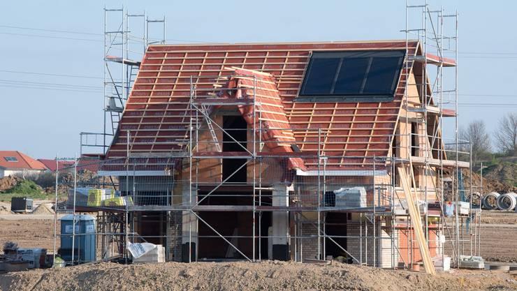 Viele suchen aktuell nach Wohneigentum, die Neubautätigkeit ist aber rückläufig.