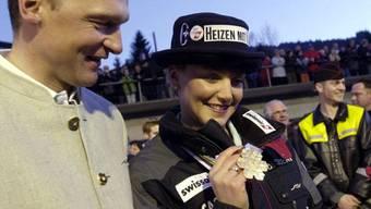 Sonja Nef und ihr damaliger Freund Hans Flatscher 2001, nachdem Nef Weltmeisterin geworden war. Inzwischen sind die beiden seit 24 Jahren zusammen und Eltern von drei Kindern. Aber erst jetzt, nach Flatschers Rücktritt vom Cheftrainerposten, sind Familien-Skiferien möglich.