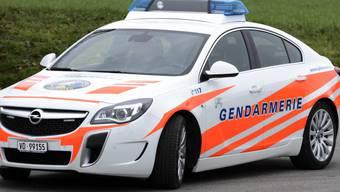 Ein Motorradfahrer ist auf der Autobahn A9 im Kanton Waadt nach der Kollision mit einem Auto noch auf der Unfallstelle verstorben: Wiederbelebungsversuche der Polizei blieben ohne Erfolg. (Archivbild)