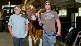 Der Vater bremst, wenn der Junior zu viel Gas gibt: Walter und Benjamin Bühler mit einer ihrer Milchkühe.Emanuel Freudiger