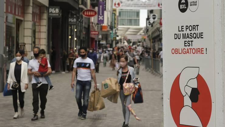 In Belgien gilt die Maskenpflicht in allen Städtezentren. So hier auf einer Shoppingmeile in Brüssel.