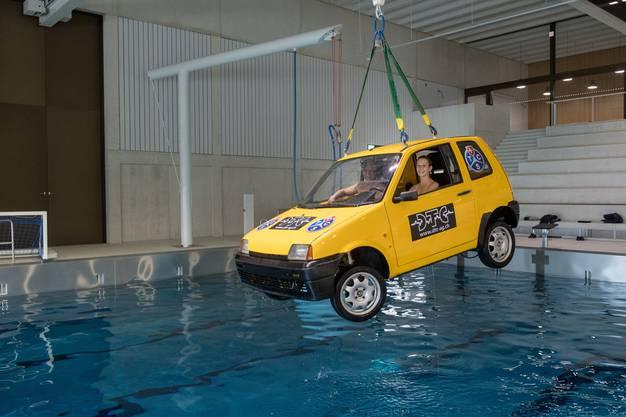 Der Fiat 500 hängt an einem Kran...