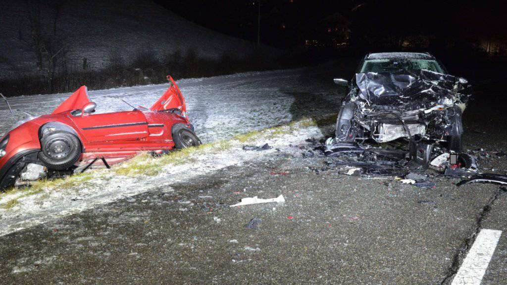 Die drei jungen Männer im roten Fahrzeug überlebten die Frontalkollision nicht. Der Fahrer im schwarzen Wagen wurde nur leicht verletzt.