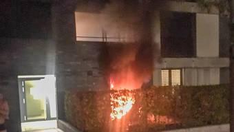 Warum das Feuer in der Parterrewohnung in Dietikon ausbrach, ist noch unklar. Ein Mann musste wegen Verdachts auf Rauchvergiftung ins Spital gebracht werden.