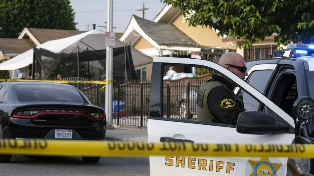 Drei Kleinkinder sind nach Polizeiangaben tot in einem Haus im Raum Los Angeles aufgefunden worden.