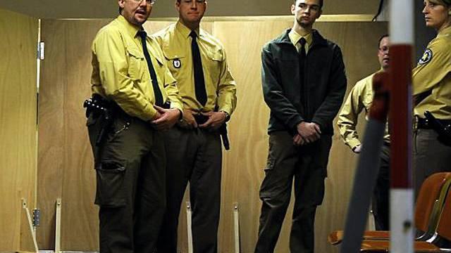 Polizisten vor dem Gerichtssaal