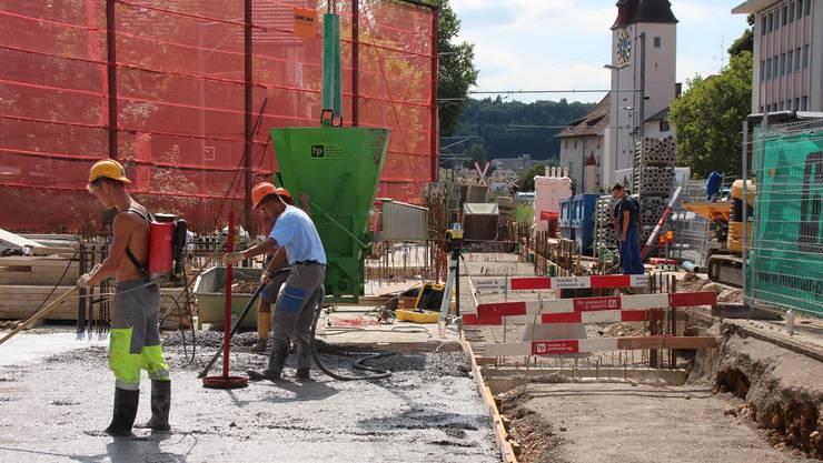 Fundament, Garage und ein Teil des Erdgeschosses der neuen Bahnhofsüberbauung City-Center sind im Rohbau fertiggestellt. Bis Ende Jahr ist das ganze Volumen der Überbauung sichtbar.Robert benz