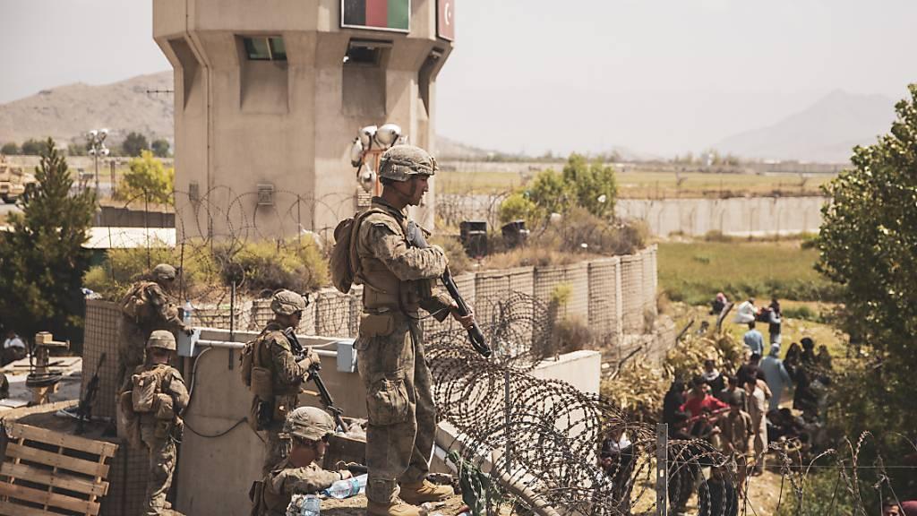 Die Sicherheitslage vor dem Flughafen in Kabul hat sich nach Angaben des Aussenministeriums verschlechtert. Deswegen können keine Schweizerinnen und Schweizer nach Taschkent ausgeflogen werden. (Archivbild)