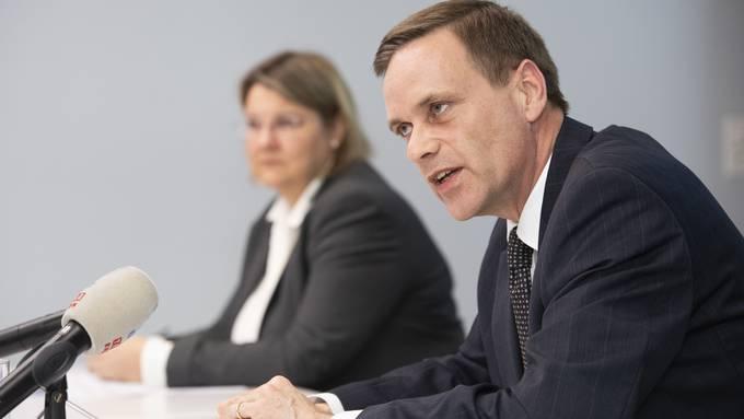 Gesundheitsdirektor Jean-Pierre Gallati. Im Hintergrund: Kantonsärztin Yvonne Hummel.