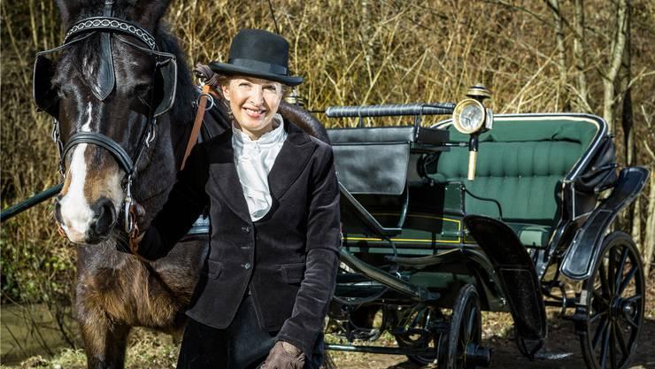 Ein flottes Gespann am Ufer der Surb: Isabelle Schmid, ihr Pferd Apasz und die Viktoria-Kutsche aus dem Jahr 1850. Chris Iseli