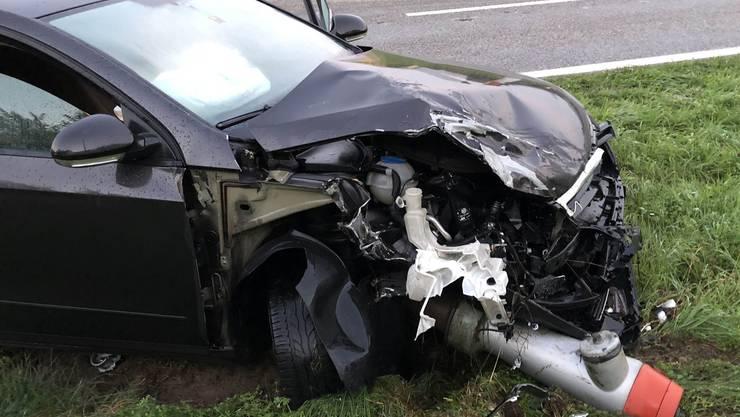 Ein Autofahrer geriet in Othmarsingen auf die Gegenfahrbahn. Trotz Ausweichmanöver eines entgegenkommenden Lenkers kam es zur Kollision. Beide Fahrer wurden leicht verletzt. Es entstand erheblicher Sachschaden.