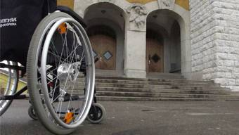 Nicht nur Hürden aus Stein: Geht es um die Selbstbestimmung, können Behinderte auch an fehlendem Verständnis oder an der Bürokratie scheitern. (Symbolbild)