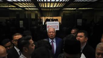 Der frühere malaysische Regierungschef Najib Razak im Lift bei seiner Ankunft im Gericht in Kuala Lumpur.