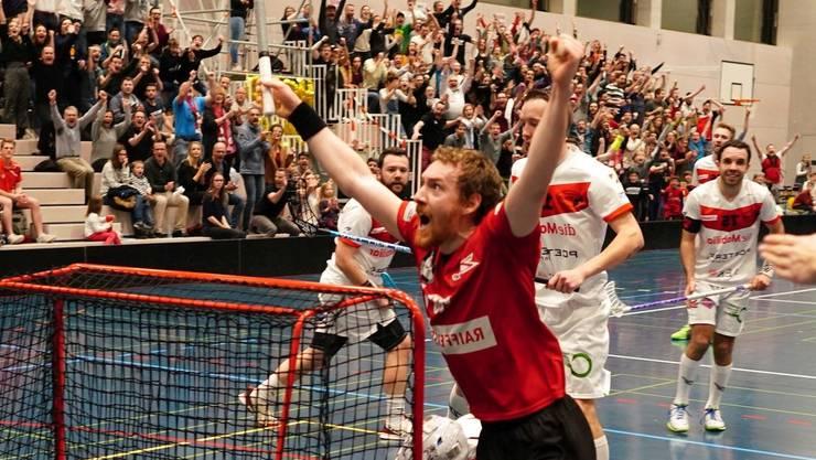 Patrick Mendelin jubelt über den Siegtreffer in Spiel 1. Mittlerweile führen die Basler in der Best-of-7-Serie gehen Thun mit 2:1.
