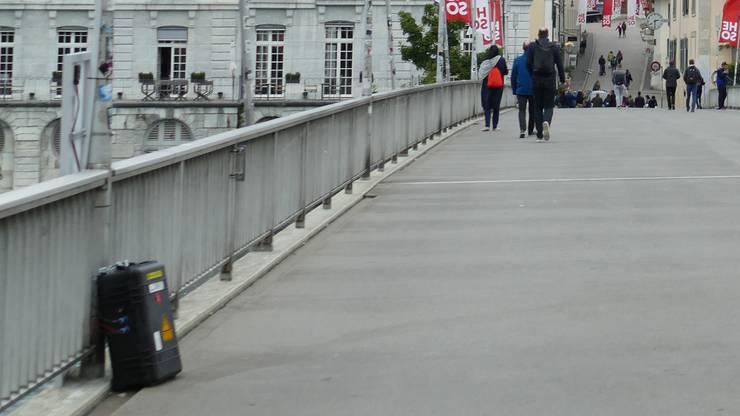 Kaum zu sehen: Das Infrarot-Messgerät ist rechts neben der Laterne am Brückengeländer befestigt
