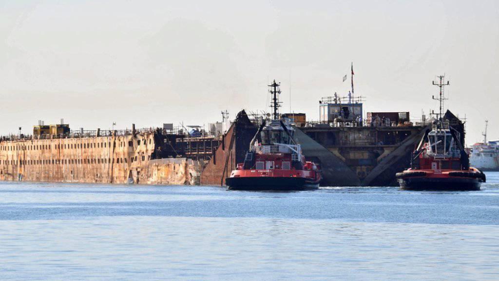 Schleppschiffe verschieben das Wrack des Unglücksschiffs «Costa Concordia» im Hafen von Genua.