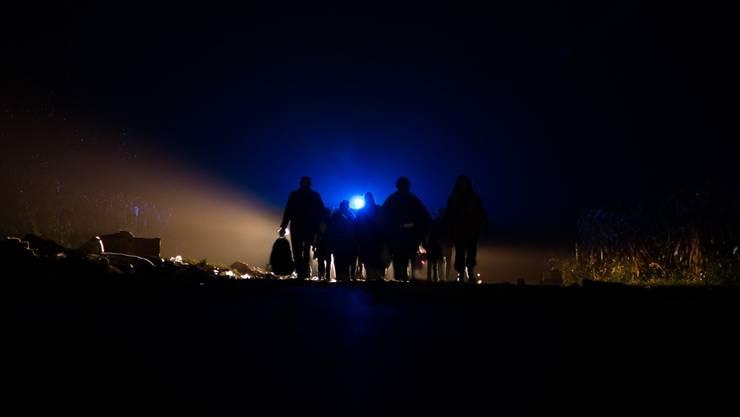 Flüchtlinge in der Nacht an der serbokroatischen Grenze.