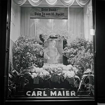 Schaufenster eines Geschäfts nach der Volksabstimmung am 1. April 1938 zum Anschluss Österreichs an das Deutsche Reich.