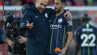 Verschossener Penalty als Thema: City-Trainer Pep Guardiola und Riyad Mahrez im Gespräch