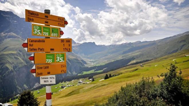 Immer schön der Nummer 735 nach: Sie führt auf dem Sagenweg durchs Safiental. Foto: Jano Felice Pajarola
