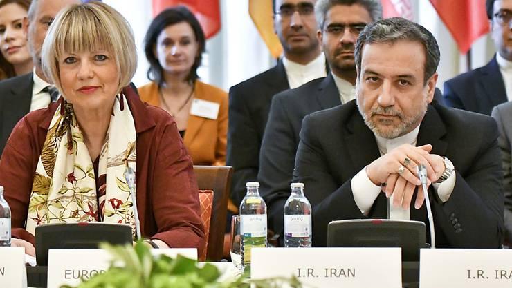 Irans Vizeaussenminister Abbas Araghchi (r) glaubt nicht, dass die bei dem internationalen Treffen in Wien erzielten Fortschritte von Teheran als ausreichend angesehen werden. Links im Bild ist Helga Schmid, Generalsekretärin des Europäischen Auswärtigen Dienstes.