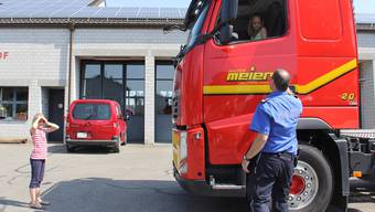 Primarschüler in der Führerkabine: Regionalpolizist Rolf Urech erklärt den beiden Mädchen, wo beim Lastwagen-Verkehr Gefahren lauern.