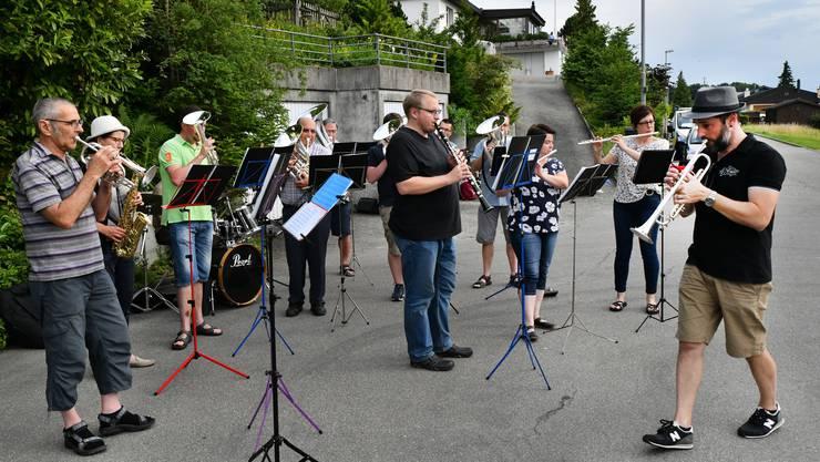 Mitglieder der « Eintracht» ei einem Konzert an der Rainstrasse.
