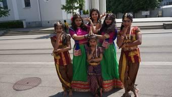 Die Tänzerinnen der «Academy of Arts» verwandelten die Bühne auf dem Kirchplatz kurzerhand in eine Bollywood-Kulisse.