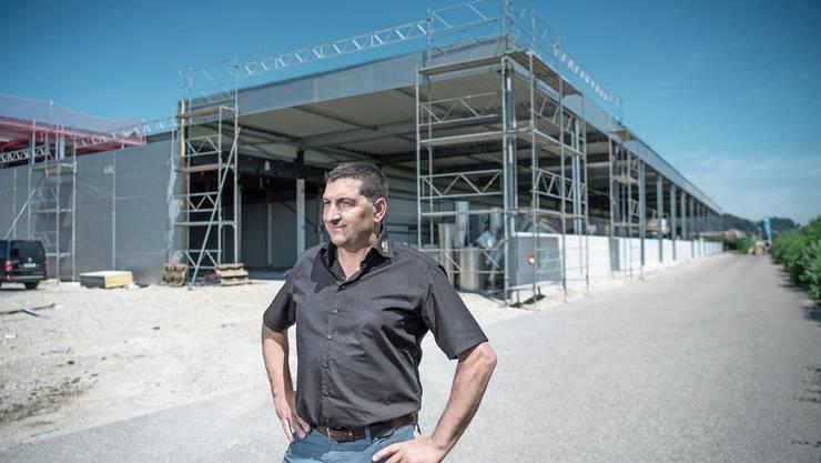 Inhaber Roland Vonarburg vor dem neuen Gebäude seiner Wauwiler Champignons AG in Wauwil. Bild: Pius Amrein (10. Juli 2019)