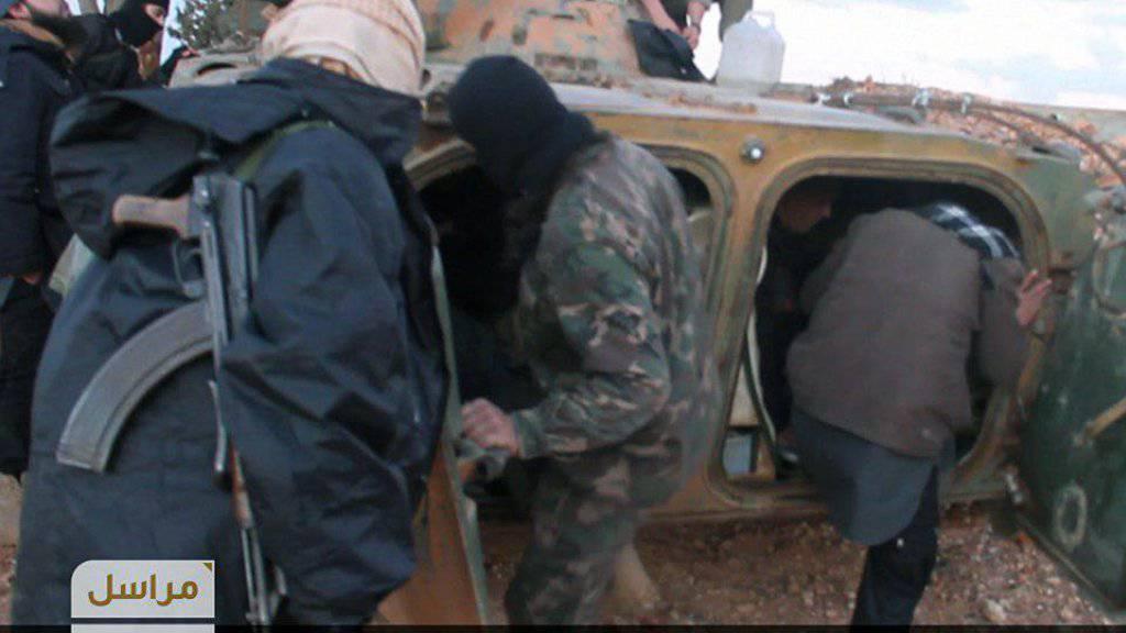 Von Fateh al-Scham verbreitete Aufnahme von Kämpfern, die sich auf einen Angriff bei Homs vorbereiten (Archiv)