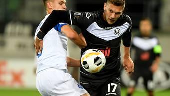 Luganos Balint Vecsei (rechts) im Zweikampf mit Dynamos Schepeljew